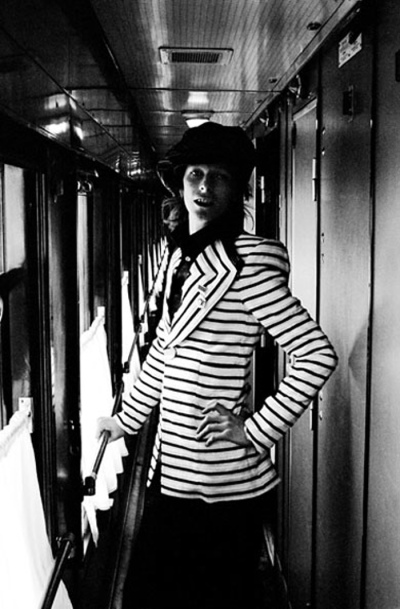 A kép az utazás elején készült, a Freddie Burretti-féle (Bowie személyes szabója) kabát nem igazán illett a környezethez, így két nap után visszafogottabban öltözött. (Fotó: Geoff MacCormack/Rock Archive)