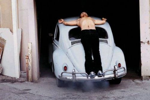Chris Burden: Trans-Fixed, 1974. Ebben a performanszban Chris Burden egy autó tetejéhez szögezte magát krisztusi testtartásban.