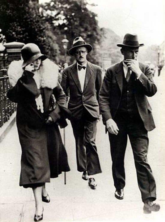 James (Augustine Aloysius) Joyce 1882. február 2-án született Dublinban (írország). A képen feleségével Nora Barnacle-vel, az esküvőjük napján, 1931. július 4-én, London utcáján. Joyce 1941-ben halt meg, Zürichben. Leghíresebb műve az Ulysses.