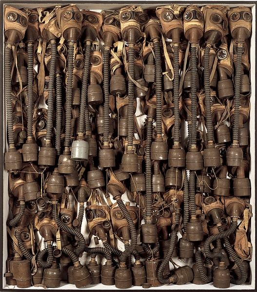 Arman – Otthon, édes otthon, 1960. Akkumulációs projekt egyforma tárgyakból, ebben az esetben gázmaszkokból – a holokauszt rémtetteire vetett fényt és különösen nagy hatással volt 1961-ben, amikor a háborús bűnös Adolf Eichmann pere idején kiállításra került New York-ban.