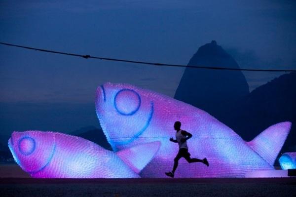 Az installáció éjszakai megvilágításban. A konferencia weboldala szerint az óceáni hulladék 60-80 százaléka műanyag tárgyakból áll...