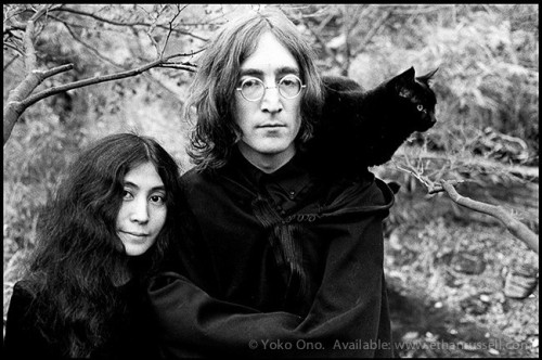 John_Lennon_and_Yoko_Ono_Cat_Ethan_Russell_1968_2048x2048