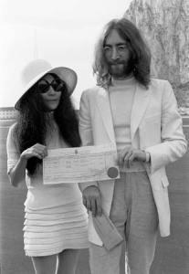 John és Yoko a házassági kivaonatukkal, Gibraltáron