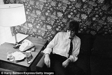 Lennon a szállodai szobájában a sajtótájékoztató után