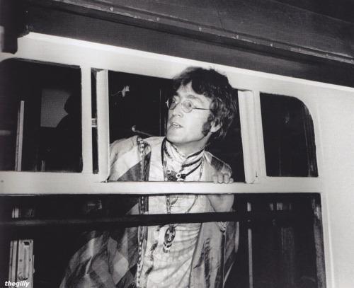 A pillanat, amikor Lennon lemaradt feleségét sürgeti