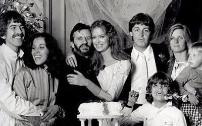 Esküvői fotó Harrisonékkal és McCartney-ékkal